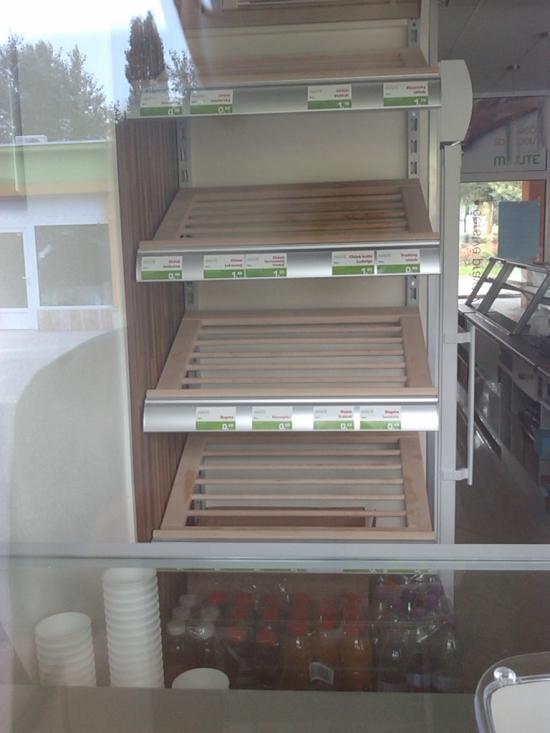 Predaj pečiva aj cez okno - aj s kávou so sebou