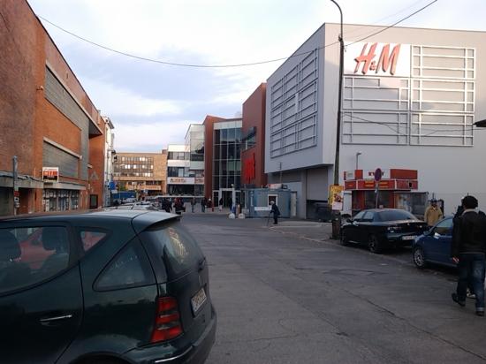 H&M na fasáde žilinského Auparku kričí ako na bulharskom trhovisku