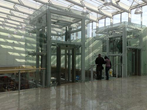 Prazvláštne poschodie, na ktorom sú len výťahy a alternatívny vchod do ExiSport