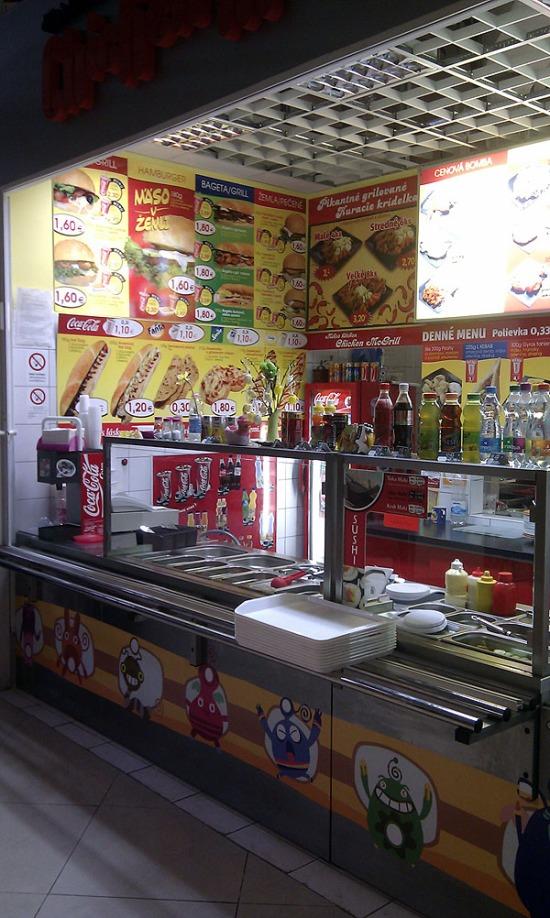 A toxický fast food :) Dokonca aj s trendových sushi
