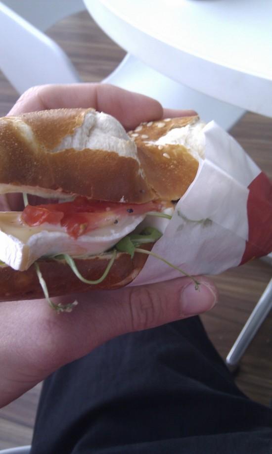 Tyčinka z odpaľovaného cesta s camembertom, na sendvičoch si na letisku dávajú skutočne záležať