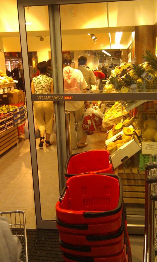 Úzky vstupný priestor s ovocím a zeleninou