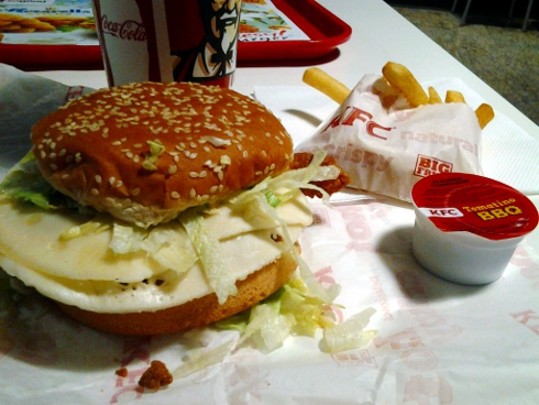 Cheesyburger, hranolčeky a Coca-Cola Light v KFC