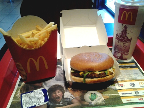 Andyburger, hranolčeky a Coca-Cola v McDonald's
