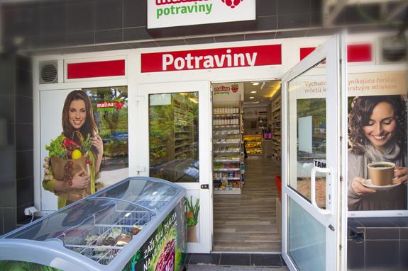 Jedna z predajní Malina na Tomášikovej ulici v Bratislave. Fotky nakupujúcej ženy z databanky sa vyskytuje v rôznych variáciách na rôznych miestach. Zdroj: Malinastore.com