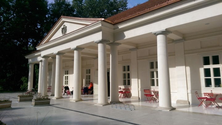 Biskupský hostinec má vpredu veľkolepé stĺporadie. Zdroj: Retazce.sk