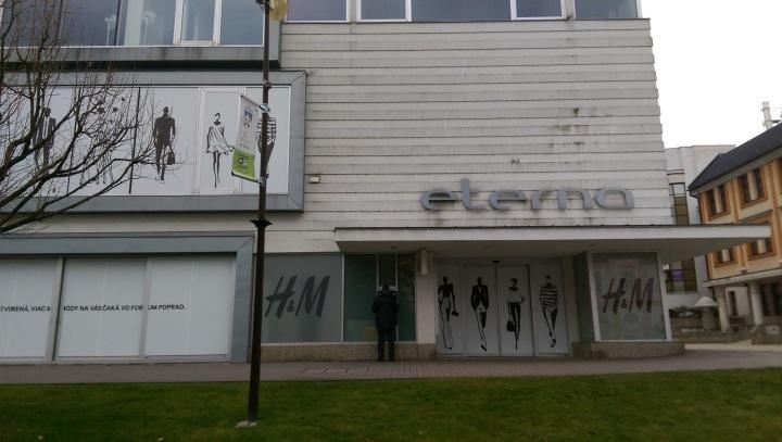 """Primátor a majiteľ shopping mallu sľubujú """"oživenie centra"""". Zatiaľ sa prejavilo napríklad presunm H&M do priestorov Forumu. Švédi zvesili logo a bývalú predajňu oblepili, aby nepôsobila na ulici ako vytrhnutý zub. Vyššia kultúra, povedzme"""