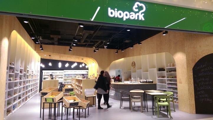 Biopark má skutočne pekný dizajn. Víta však starými poloprázdnymi debničkami zeleniny